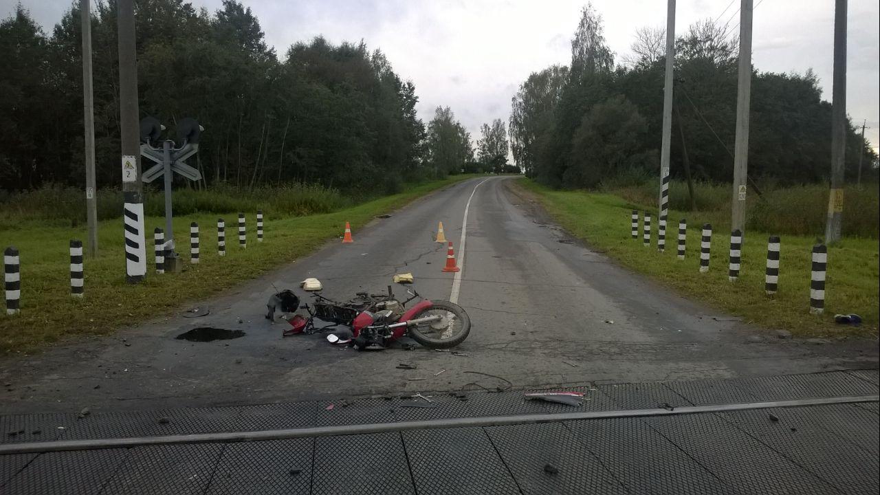 В Витебской области мотоцикл столкнулся с грузовым поездом: отец погиб, сыну оторвало ногу